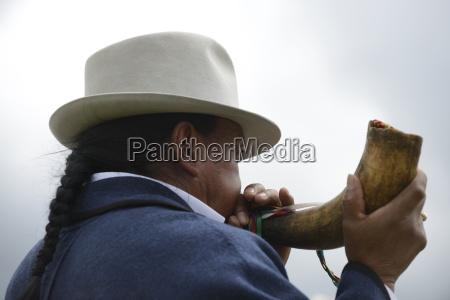 mann spielt das horn