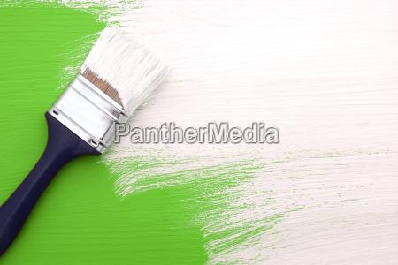 pinsel mit weisser farbe uebermalen gruen