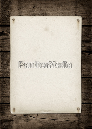 altes strukturiertes papierblatt auf einer dunklen