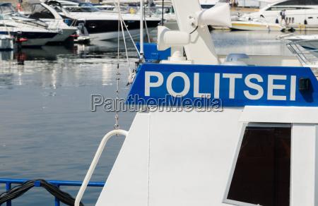 polizeiboot auf dem hintergrund der yachten
