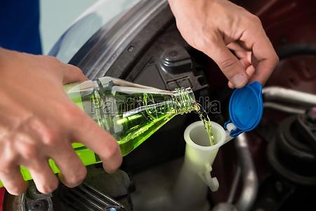 mechaniker giessen scheibenwaschwasser