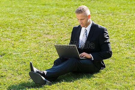 geschaeftsmann mit laptop