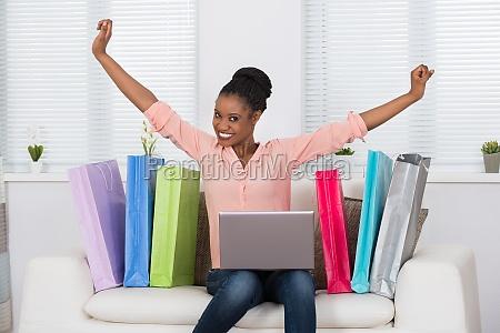 aufgeregte frau beim einkaufen online