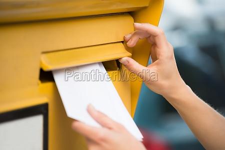 haende der frau einsetzen brief in