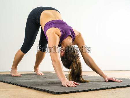 frau die nach unten hund yoga