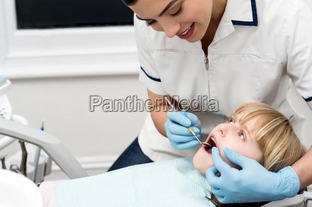lady stomatologist ueberpruefung des kindes zaehne