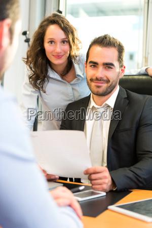 attraktive chef tun interview mit seinem