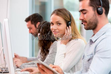 junge attraktive frau in einem call