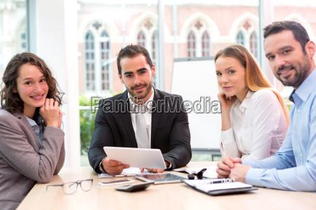 boss leitet ein business reunion mit