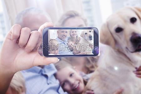 zusammengesetztes bild von hand haltensmartphone zeigt
