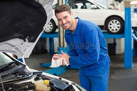 mechanische untersuchung unter motorhaube des autos