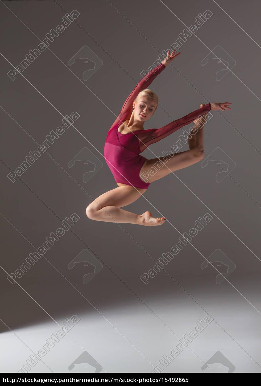 junge schöne moderne tänzerin springt auf einem - Lizenzfreies Bild ...