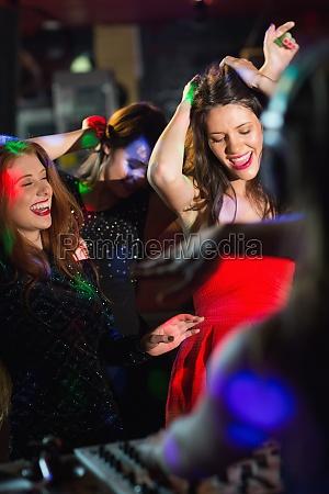 glueckliche freunde tanzen durch die dj