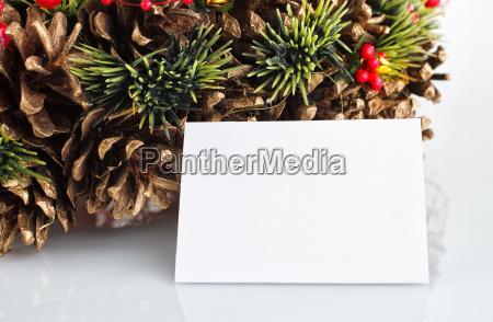 gruener weihnachtskranz mit dekorationen isoliert auf