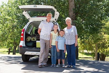 grosseltern auf road trip gehen mit