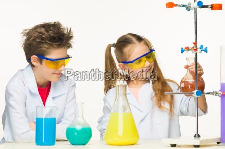 zwei niedliche kinder bei chemie unterricht