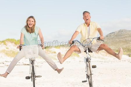 glueckliche paare auf einem fahrrad