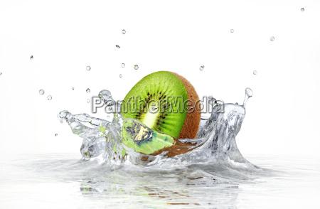 kiwi spritzwasser in klarem wasser