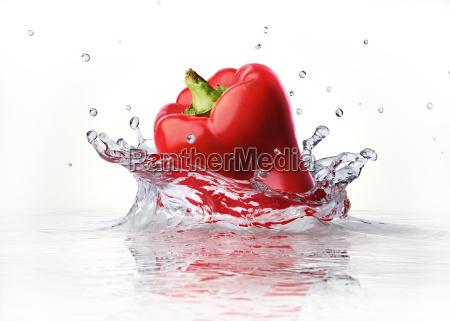 rote suesse paprika fallen und in