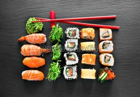 sushi set und essstaebchen