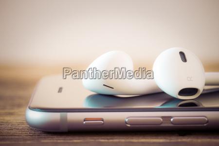 nahaufnahme modernen kopfhoerer am telefon medien