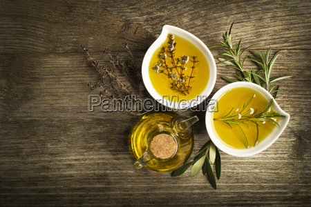 olivenoel mit kraeutern