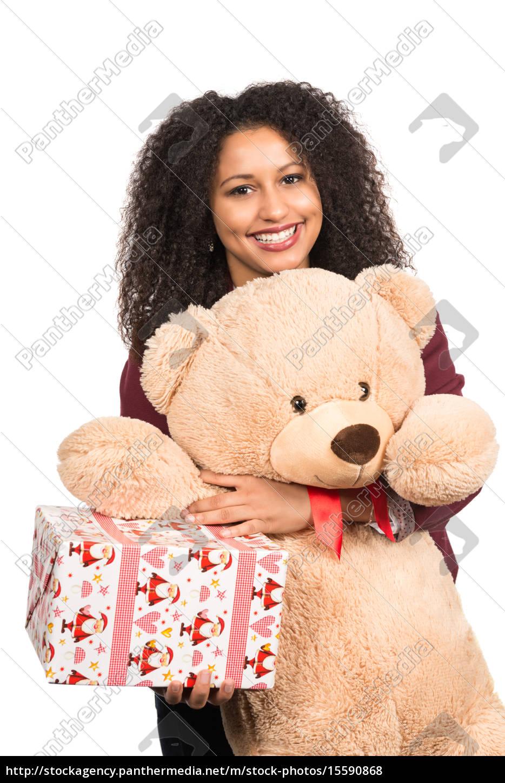 Frau hält Teddy und Weihnachtsgeschenk - Lizenzfreies Foto ...