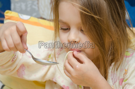 funny five year old girl eating