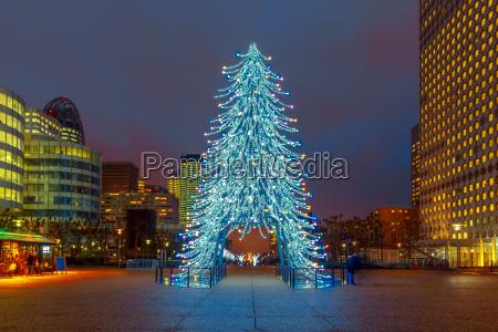 weihnachtsbaum unter den wolkenkratzern in paris