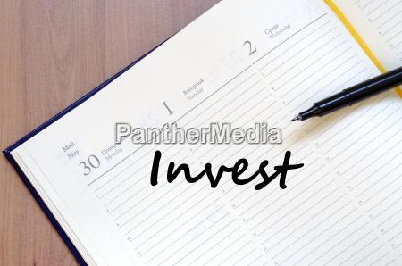 investieren sie schreiben auf notebook