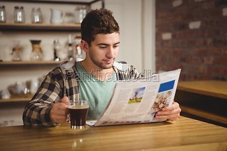 hipster kaffee zu trinken und zeitung
