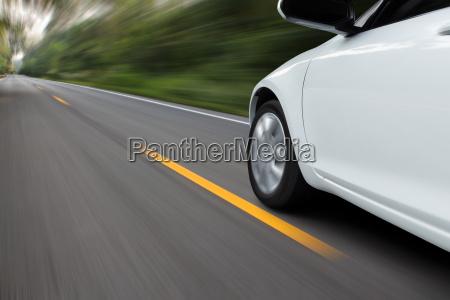 speed bewegung auto auf der landasphaltstrasse