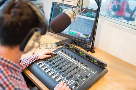 erhoehte ansicht von radio host sound
