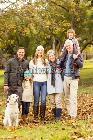 erweiterte familie mit warmer kleidung posieren