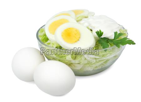 glasschale mit einem salat aus kohl