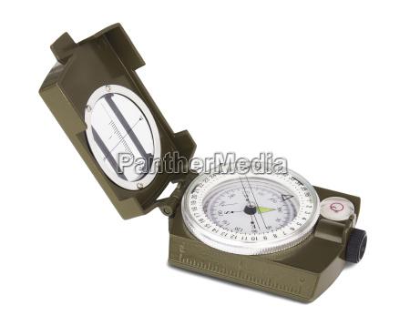 eroeffnet militaerischen kompass isoliert auf weissem