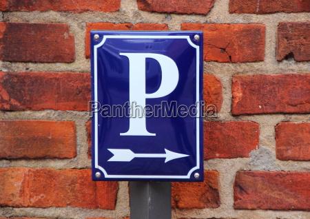 email parkplatzschild mit pfeil auf rotem