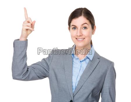 brunette geschaeftsfrau mit fingerzeig auf