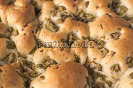 focaccia mit oliven loaf