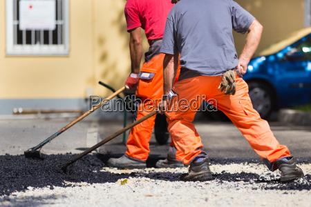 trabajo manual de superficie de asfalto