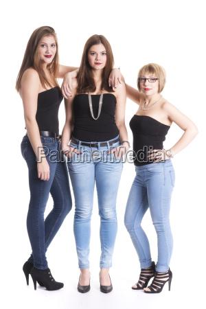 attraktives maedchentrio in jeans und top