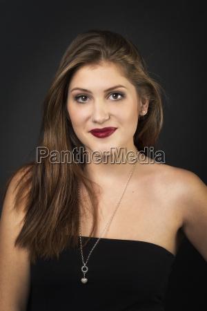 frauengesicht, mit, lippenstift, auf, schwarzem, hintergrund - 15729880