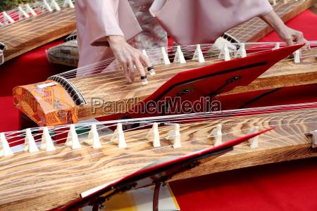 japanische frau spielt das traditionelle musikinstrument