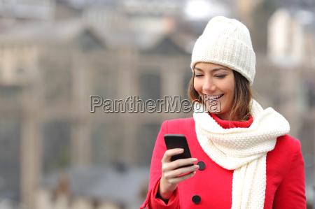 texting maedchen in einem handy im