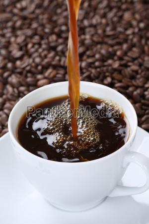 heissen kaffee eingiessen in kaffeetasse tasse