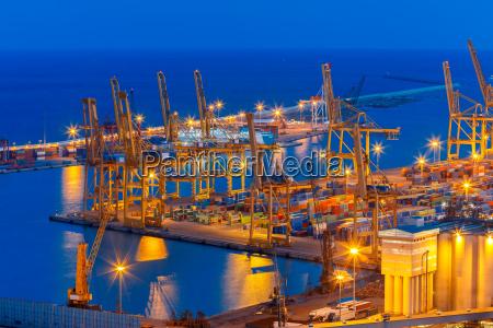 seefrachthafen nachts in barcelona u200bu200bspanien