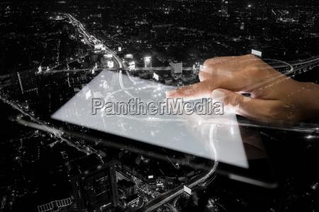 doppel hand exposition tablette und stadt