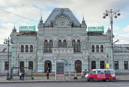 das gebaeude der rizhsky station passagier