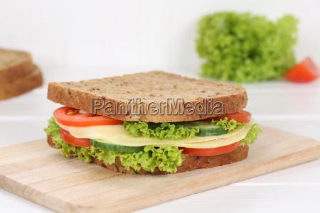 sandwich toast zum fruehstueck belegt mit