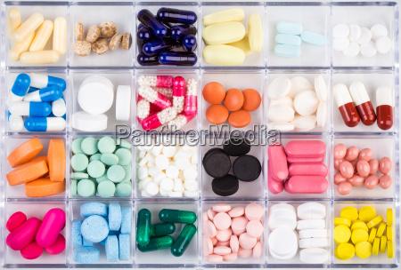 verschiedene pillen und kapseln in container